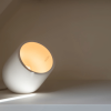 lampara-sostenible-mesa-archy-blanca-mediana-ekohunters-more-circular-ecodiseño-upcycling